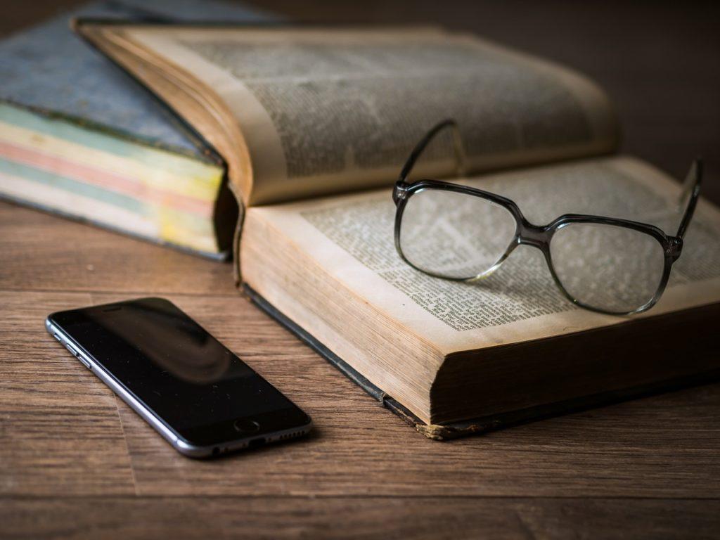 携帯と本の画像
